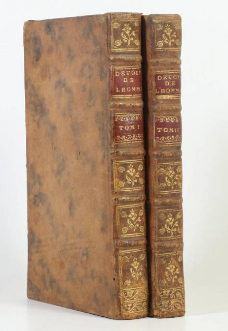 PUFENDORF (Samuel, baron de) et BARBEYRAC (Jean, traducteur). Les devoirs de l'homme et du citoien, tels qu'ils sont prescrits par la loi naturelle. Traduits du latin du baron de Pufendorf, par Jean Barbeyrac, docteur et professeur en droit à Groningue. Cinquième édition, accompagnée, comme la précédente, des deux Discours sur la permission et sur le bénéfice des loix; et du Jugement de M. de Leibniz sur cet ouvrage avec des réflexions du même traducteur : mais revue de nouveau, et augmentée d'un grand nombre de notes, livre ancien du XVIIIe siècle